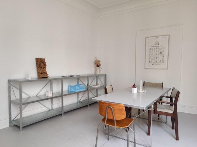 Lyst kontor med højt til loftet i stille hus på Vesterbro