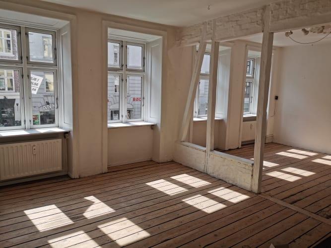 Lys og stor Atelier/ Værksted/ Kontor/ Gallerirum på Istegade til leje
