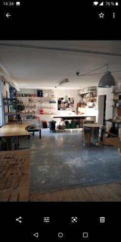 Værkstedsplads/kontorplads i keramikværksted