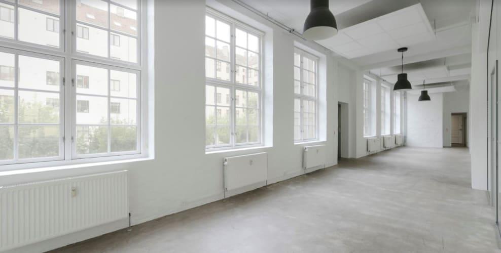 Kontorpladser udlejes i stort lyst lokale i en baggård i København NV