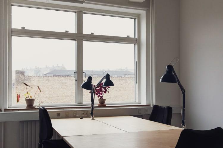 Kontorplads (evt. deleplads) i atelier- og kontorfællesskab