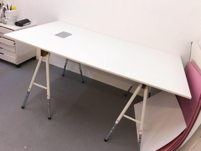 Skrive-computerbord med hul til ledning