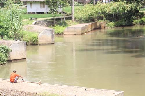 Warga memancing di area sungai Kampung Naga