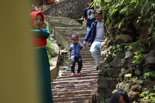 Wisatawan menuruni anak tangga (ayotasik)