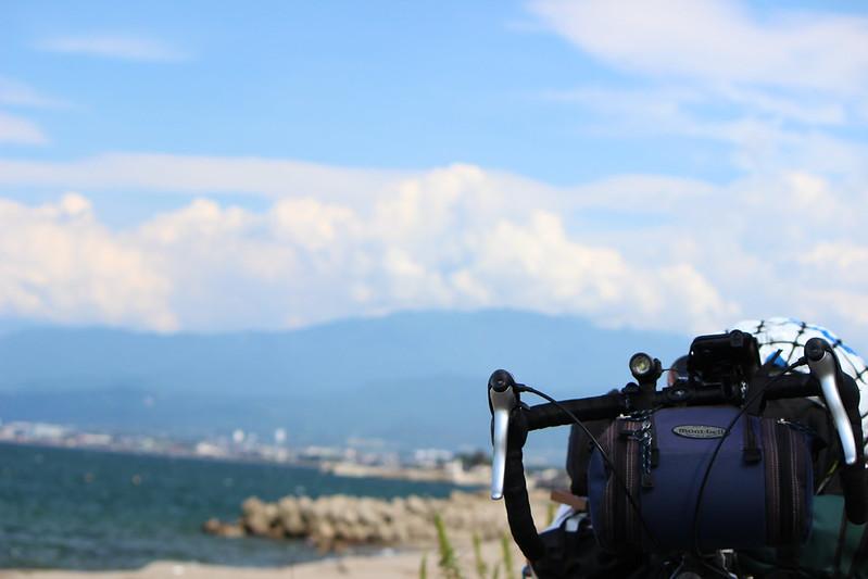 浜黒崎キャンプ場沿い 自転車の写真