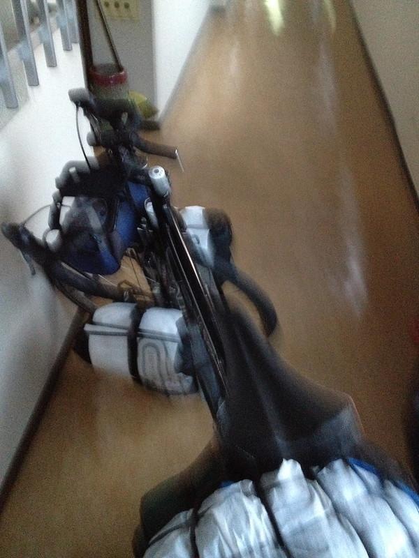 自転車で廊下を進む