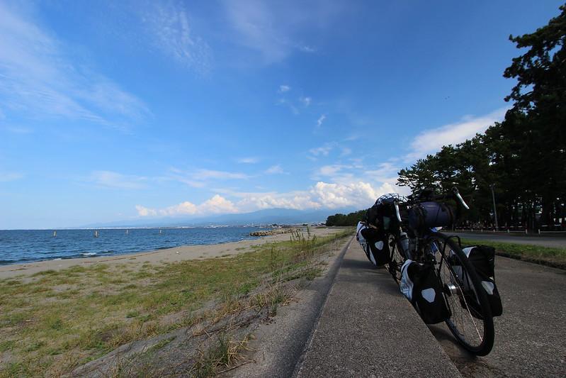 浜黒崎キャンプ場沿い 自転車を止め休憩