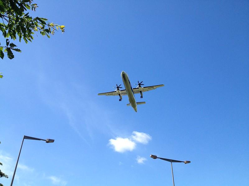 真上を飛行機が通過