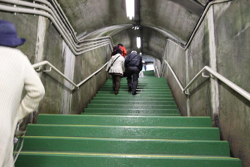 階段で黒部ダムへ