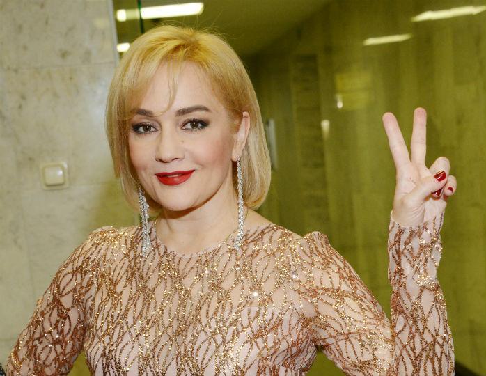 Татьяна Буланова прячет лицо от камер после госпитализации