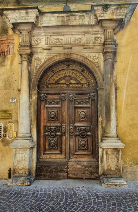 b&b door in lucca