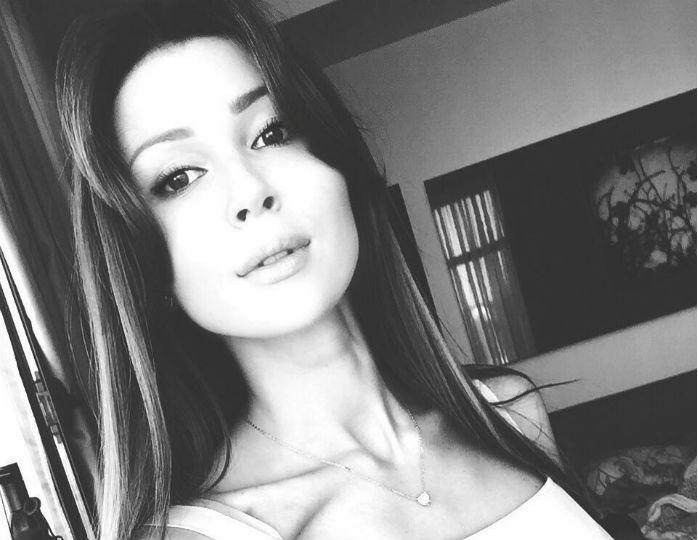«Какая милая»: Анна Заворотнюк нарядилась в пятнистую шубу с коротким топом