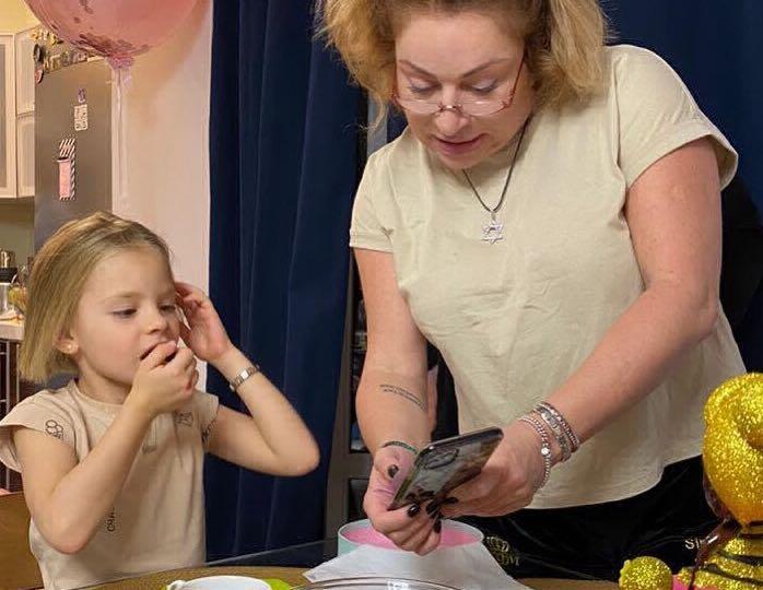Мать Тимати занялась подготовкой внучки к новому серферскому сезону