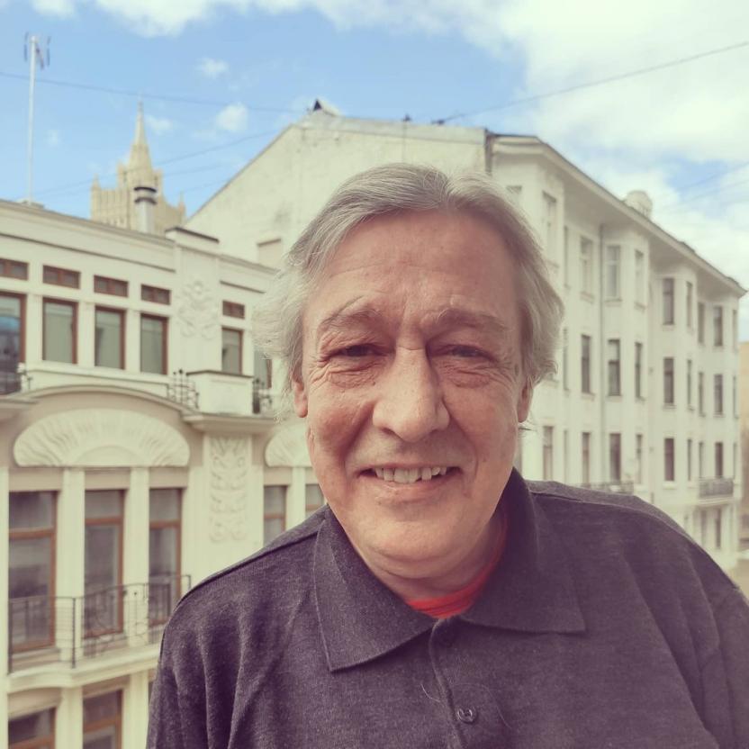 Потерявшему сознание Михаилу Ефремову оказывают помощь врачи