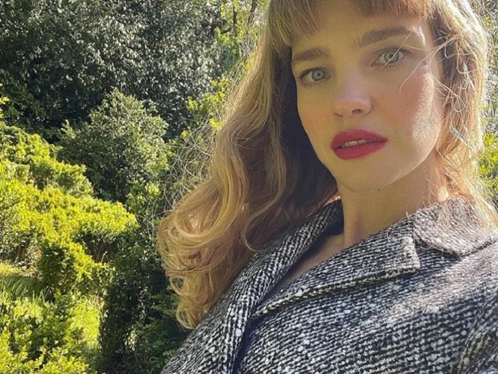 Шипы и классические цвета: Водянова подчеркнула хрупкие плечи оригинальной блузой