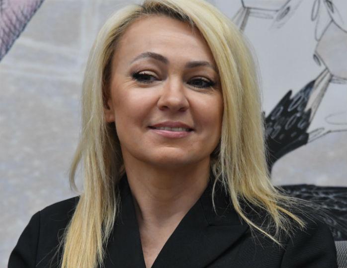 «В обуви взгромоздилась»: Рудковская в черном мини-платье устроила танцы на обеденном столе