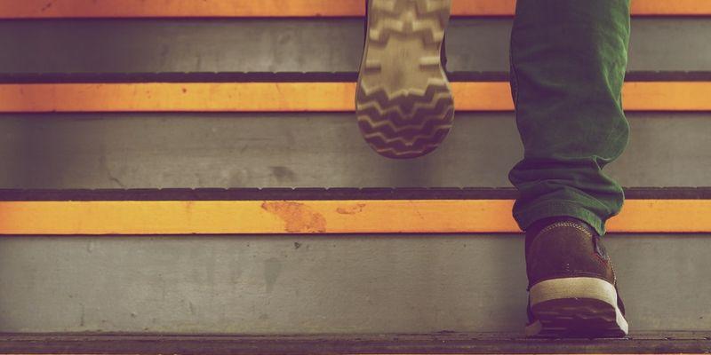 Чи передається коронавірус через підошву взуття?