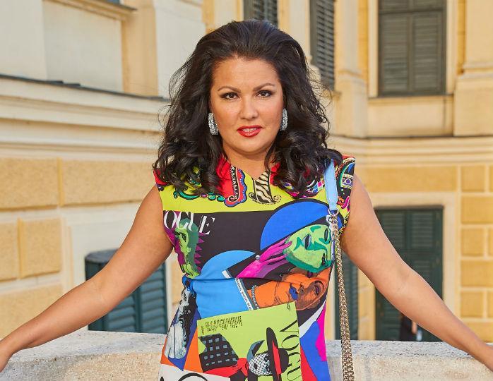 «Стены я еще не расписывала»: Нетребко без макияжа и укладки забралась на крышу дома в Вене