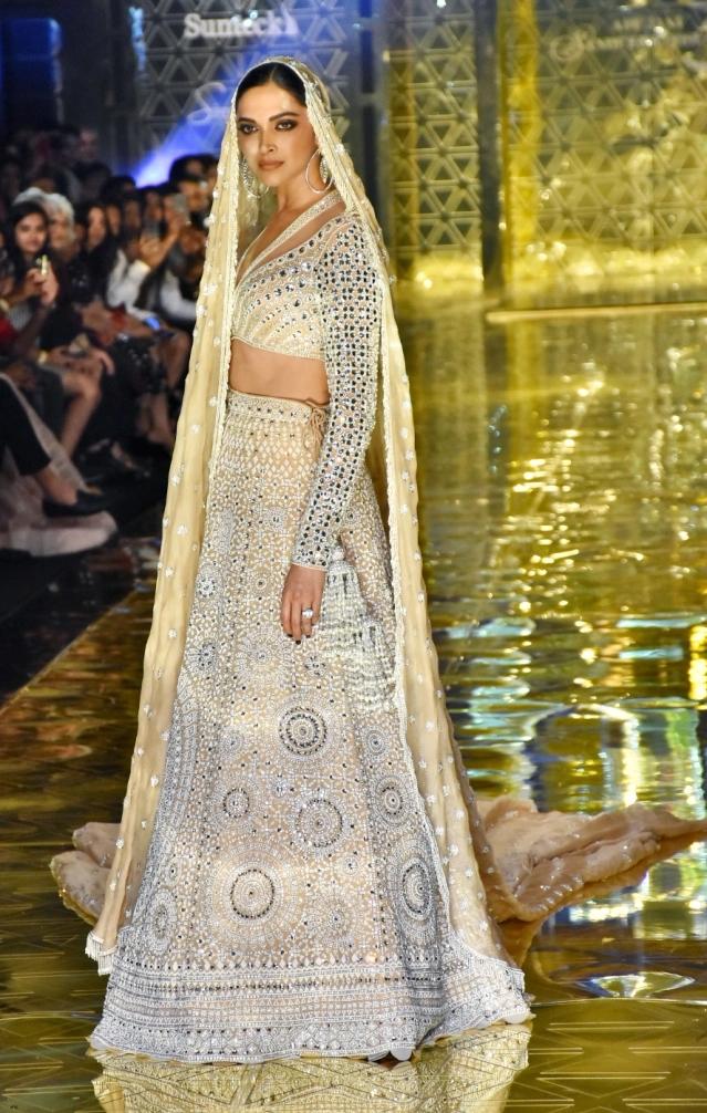 Dazzlerr: Deepika Turns Showstopper for Abu Jani Sandeep Khosla's Fashion Show