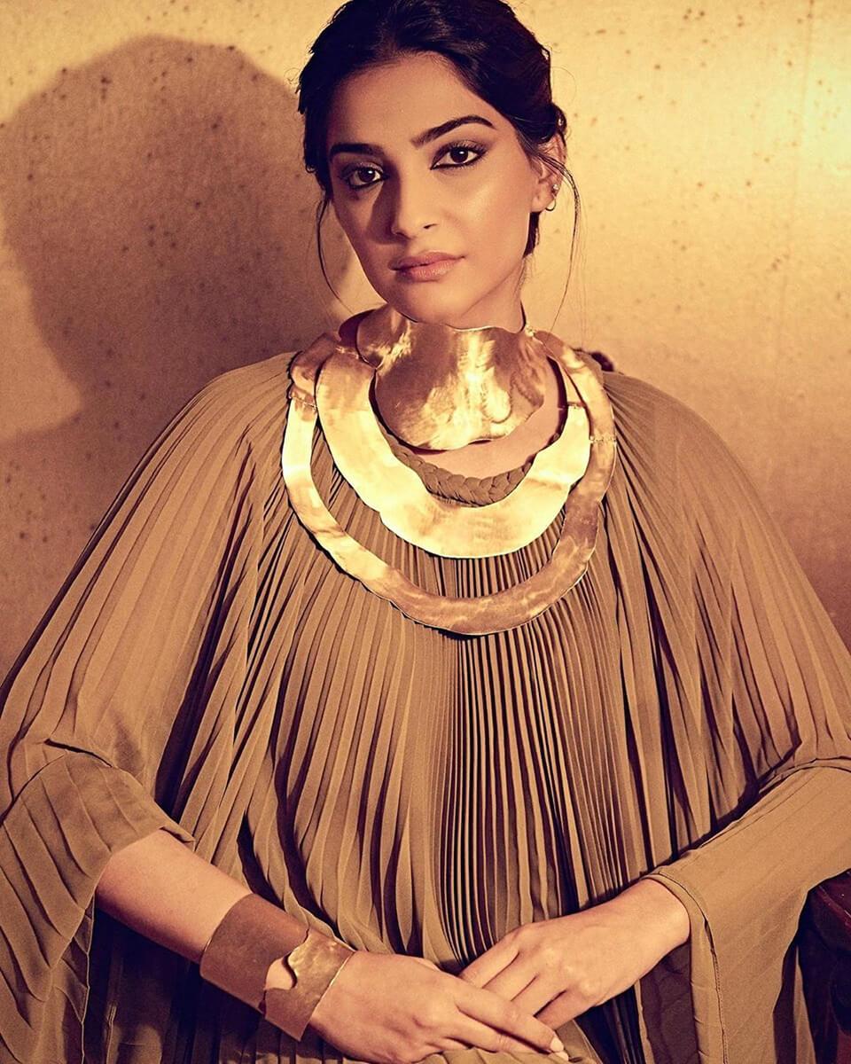 Dazzlerr - Stunning Looks of Sonam Kapoor at Paris Fashion Week