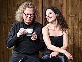 Cristina Zeitz singt Liebeslieder, Andreas Ravn drückt passend dazu Tasten