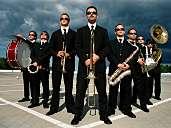 Mobile Band MEN IN BLECH! Tanzende Musiker mobil und ohne Strom! Als Walking-Act und/oder auch auf der Bühne!