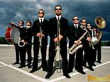 Mobile Band MEN IN BLECH! Tanzende Musiker mobil und ohne Strom!