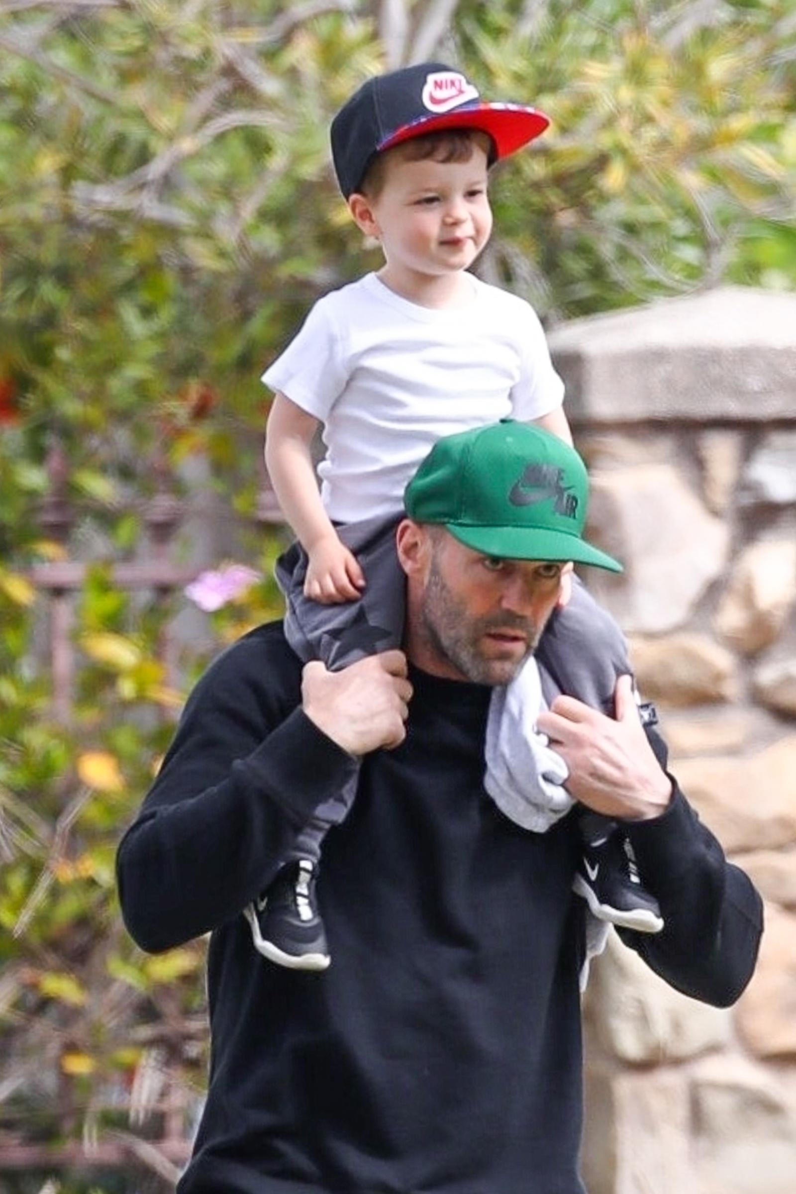 Такой домашний! Джейсон Стэтхэм вышел на прогулку с двухлетним сыном