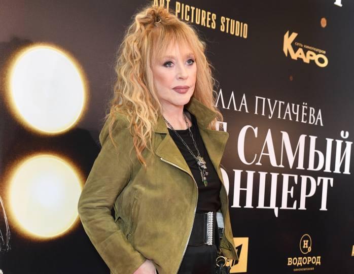 Стильная мама: Пугачева в куртке оверсайз и кепке с лаковым козырьком прогулялась с детьми