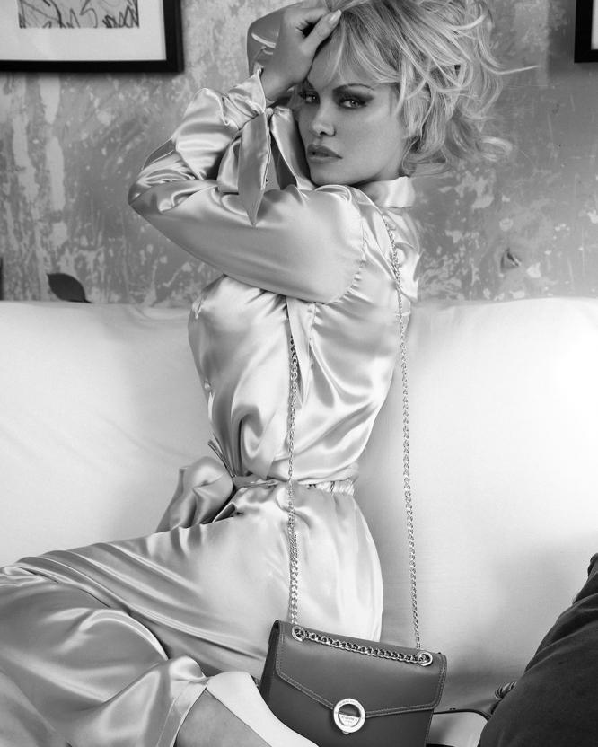 Памела Андерсон примерила сексуальные чулки в откровенной фотосессии, взбудоражив фанатов