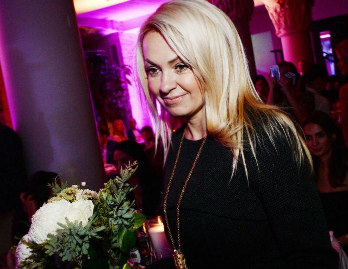 Акцент на талии: Яна Рудковская в черном мини-платье с баской появилась на публике