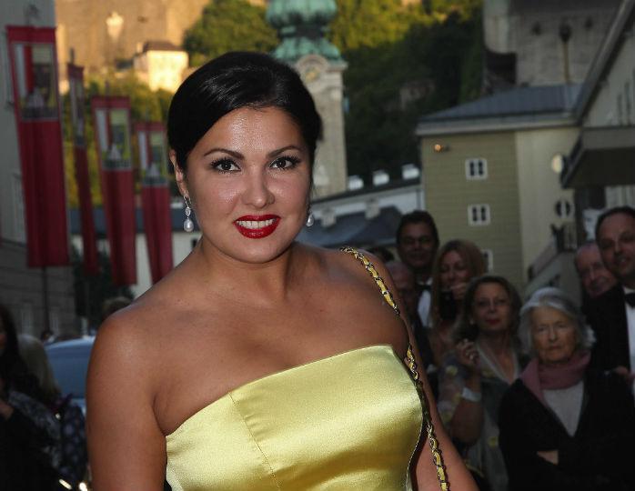 «Стройная какая»: Анна Нетребко предстала в облегающих легинсах и толстовке оверсайз