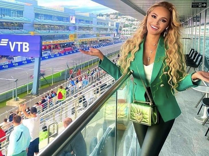 Анна Калашникова подчеркнула хрупкую фигуру атласным платьем с чувственным разрезом