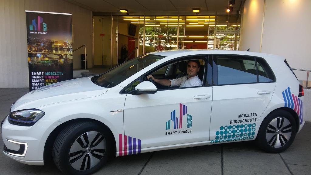 image-jedeme-prikladem-a-pouzivame-elektromobil-v-barvach-smart-prague