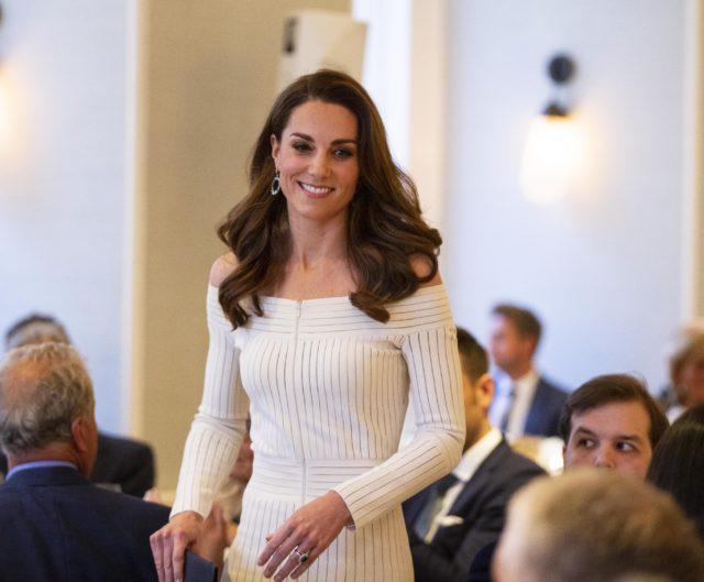 Кейт Миддлтон вышла в свет в платье с открытыми плечами