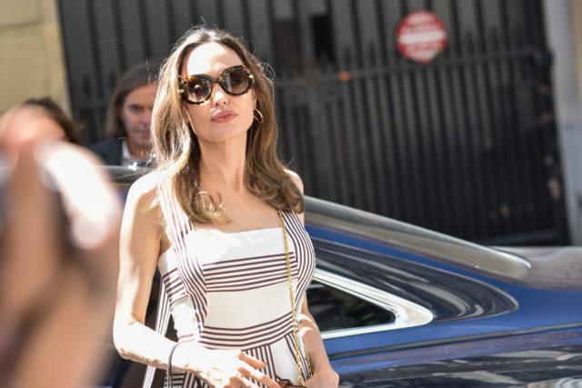 В платье с вырезом и открытыми плечами: Анджелина Джоли на шопинге с дочками