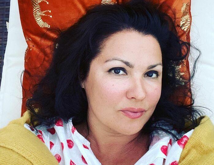 «Жизнь вернулась»: Нетребко в платье беж и бархатном плаще впервые посетила концерт в Вене
