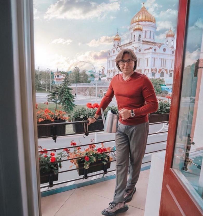 """Андрей Малахов в халате похвастался """"виртуальным лифтом"""" в своей квартире"""