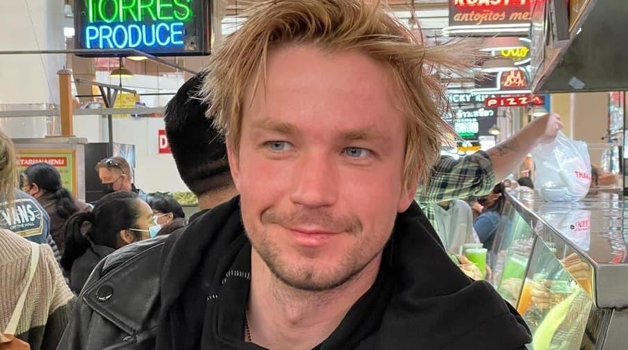 Александр Петров упал на красной дорожке на ММКФ-2021