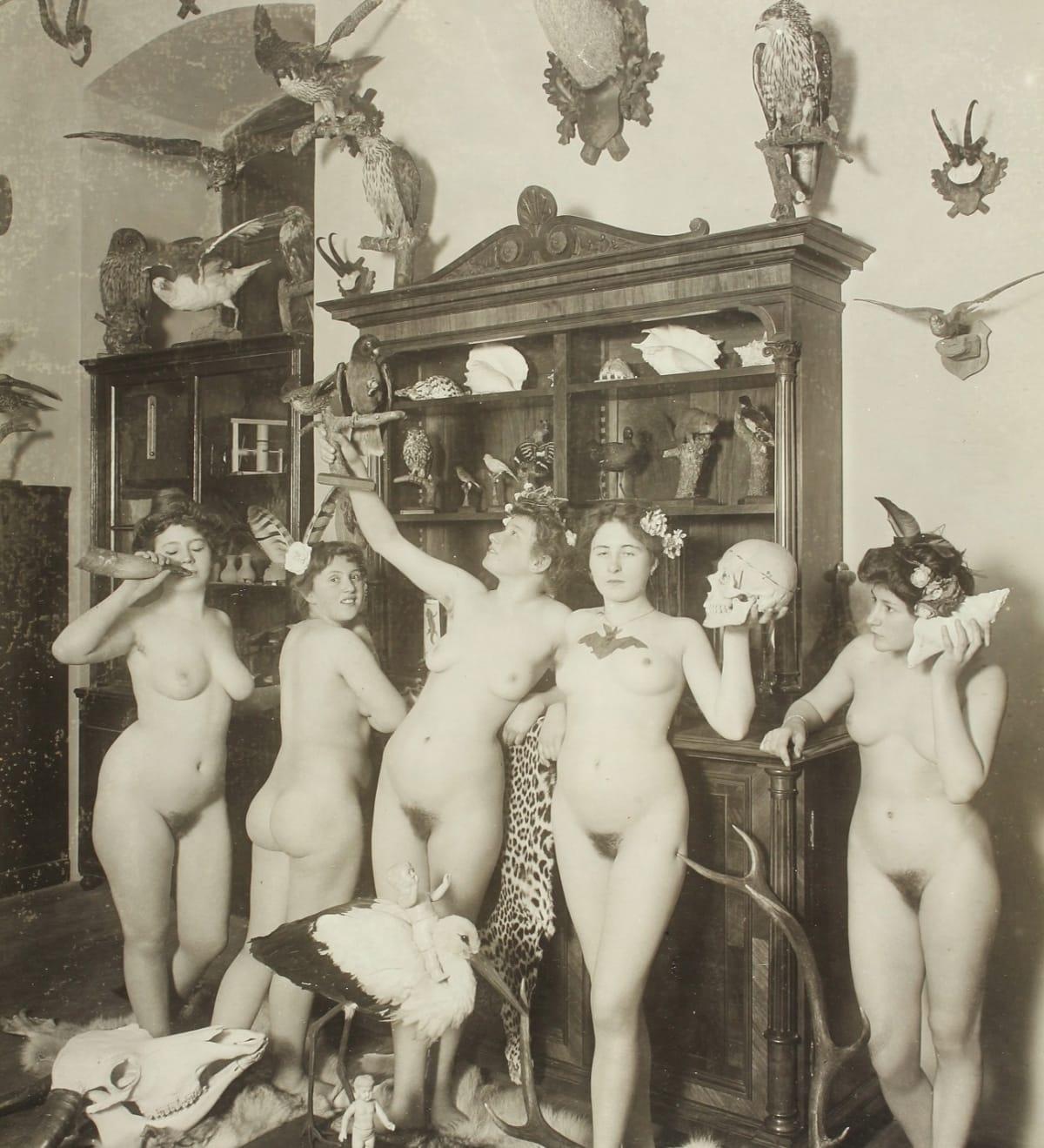 Am frau arbeiten nackt Nackte Frauen