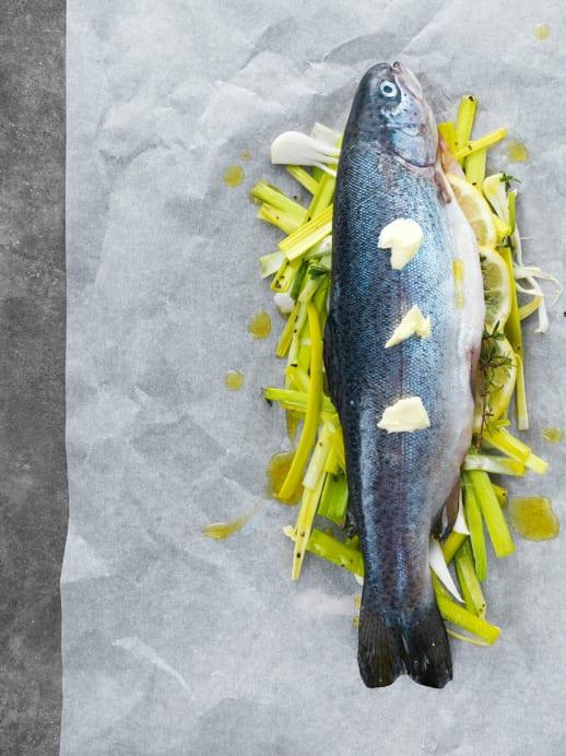 Forelle al Cartoccio auf Gemüse für die Oster-Tafel
