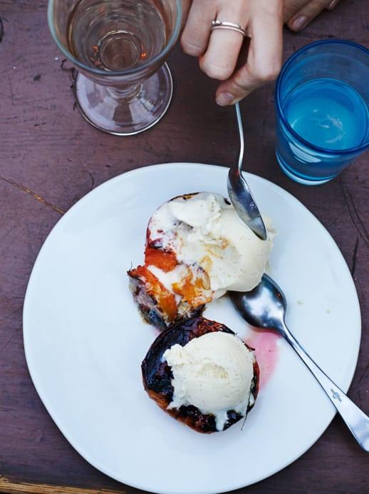 Dessert: Pfirsich vom Grill mit Glace