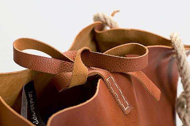 Løndstrupp: Klassische Taschen aus rauen Materialien