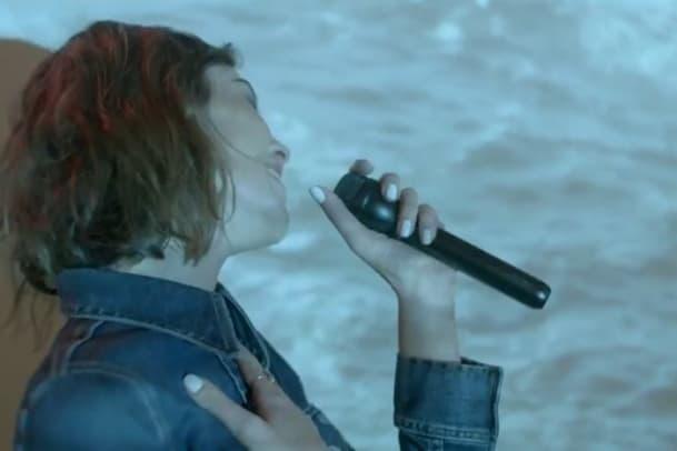 Alexa Chung singt für Mytheresa
