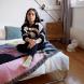 Jenni Tschugmell in Lamarel auf ihrem Bett von Pfalzberger zuhause in Zürich