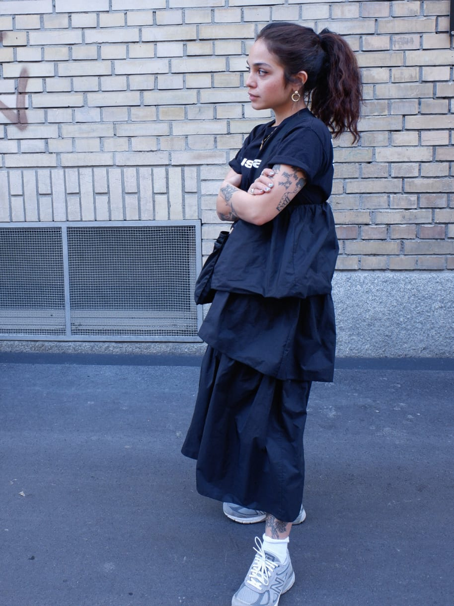 Jenni Tschugmell mit Sneakers von New Balance vor ihrem Haus im Kreis 4 in Zürich