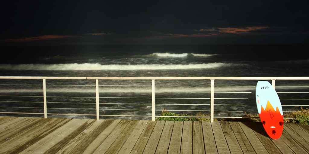 une vague à la sauzaie pendant surf de nuit
