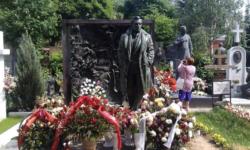 На Новодевичьем кладбище в Москве самый дорогой памятник поставлен Вячеславу Тихонову