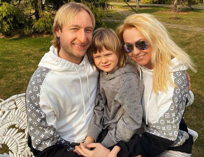 «Висел без надобности»: Яна Рудковская в смокинге устроила танцы с сыном и мужем