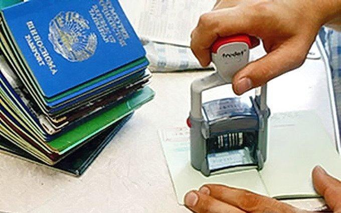 Подскажите какие документы иметь с собой чтобы поставить на миграционный учет иностранца